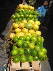 Frutas (Janos Graber) Tags: verde feet frutas riodejaneiro foot toes feira amarelo pies bolsa p mo piedi piedade voeten limo maracuj lb
