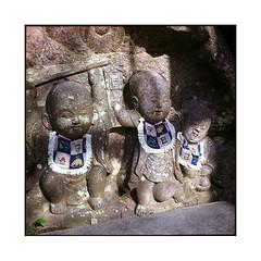 bibs  kurama, kansai  2015 (lem's) Tags: japan temple minolta statues kansai japon buddhas bibs kurama autocord bouddhas bavoirs