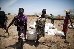 Food crisis in South Sudan (Albert Gonzalez Farran) Tags: food southsudan hunger emergency crisis assistance oxfam famine wfp malnutrition fooddistribution humanitarianassistance pading foodcrisis airdrops jonglei foodairdrops