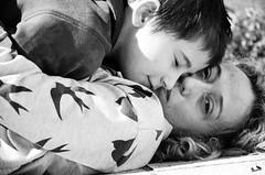 Acoso y derribo (paulavf) Tags: amor beso madre acoso
