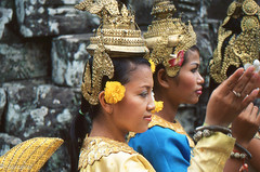 Cambodian dancers (soregral) Tags: costumes cambodge couleurs femme danse tradition