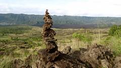 le cairn du Mont Batur  - 02 (Franois le jardinier de Marandon) Tags: bali cairn landart batur rockbalance indonesie francoisarnal