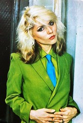 Debbie Harry 1 (drno_manchuria (simonsaw)) Tags: shirt tie knot suit jacket singer corbata sombrero hay blondie debbieharry gravata traje necktie deborahharry cantante nudo camisa menswear colegiala suitup trajeada