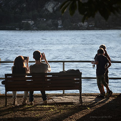 anime gemelle (pamo67) Tags: lake boys silhouette backlight bench square lago outdoors 4 controluce sittin soulmates ragazzi panchina smartphones seduti pamo67 pasqualemozzillo