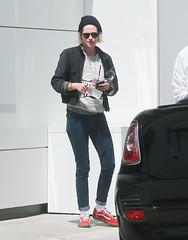 FFN_IMAGE_52039300 FFN_SET_70006171 (robstensimplesmente.amor) Tags: usa sunglasses jeans beverlyhills redshoes blackhat blacktop kristenstewart