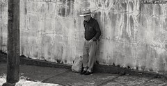 Experincia (Fbio & Carol) Tags: brazil blackandwhite bw brasil pessoa gente homem brasileiro pretoebranco paulista senhor idoso amricadosul monocromtico itasp sonydsch55