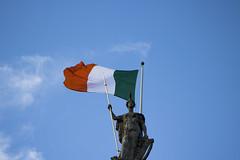 The man with the flag (_samush) Tags: city ireland dublin man art statue europa europe arte flag capital ciudad bandera estatua irlanda skycielo posrtcard estuatue