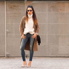 Un look con trench de ante, jeans y unos zapatos ideales de @magritshoes Suede trench, jeans and a perfect pair of pumps by Magrit www.withorwithoutshoes.com #zara#me#girl#ootd#todaysoutfit#zaradaily#outfitoftheday#redlips#redlipstick#mango#stilettos (WOWS_) Tags: beauty fashion moda belleza streetstyle