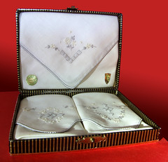ltere Geschenkpackung mit Stofftaschentchern aus der Schweiz (altpapiersammler) Tags: old vintage box alt handkerchief package verpackung leno schachtel pauelo taschentuch fazzoletto chusteczka moccichino