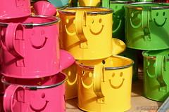 Weekend Smile - Bunter Gruß zum Wochenende (Sockenhummel) Tags: pflanzenkölle gieskannen bunt fuji x30 fujifilm finepix fujix30 supermarkt