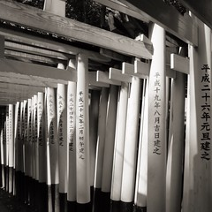 SENBON TORII FUSHIMI INARINI SHRINE (Luc08) Tags: japan canon blackwhite kyoto gate shrine powershot bnw touristspot