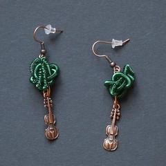 violons (fabrikarine) Tags: fleur vintage collier bijoux plastic boucle fou cuivre doreille