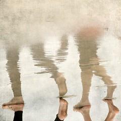 Con pies de barro (acativa) Tags: sea people costa beach water reflections foot mar agua legs playa paseo galicia pies barro riasbaixas reflejos orilla piernas airelibre rasbajas