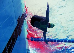 Nuoto (leti zacca) Tags: people water pool sport swimming canon fun persona blu sub flight piscina veer persone volo acqua azzurro sicilia apnea nuoto tuffo gioco atleta bollicine subacqueo virata