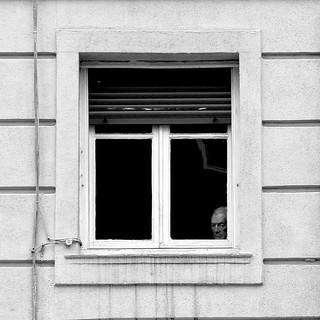 A través de la ventana.