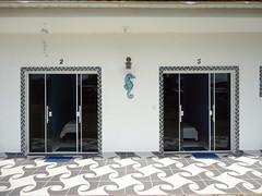 suites com tv ventilador ar condicionado e wifi , cozinha comunitaria quiosque com geladeira frizer e churrasqueira ,.