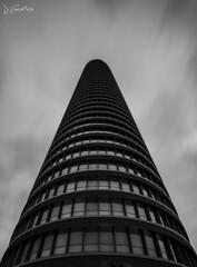 Torre Pelli (J Fuentes) Tags: sky bw blancoynegro architecture skyscraper puerto blackwhite sevilla andaluca arquitectura flickr save isla triana rascacielos cartuja pelli