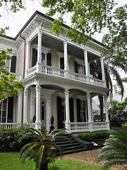 New Orleans - House With Wooden Columns (Drriss & Marrionn) Tags: street usa house building architecture buildings outdoor balcony neworleans villa balconies manor gardendistrict streetviews neworleansla housestyle neworleanscitytrip