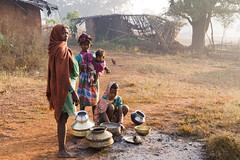 Baiga women (wietsej) Tags: india water women sony tribal hills pump 1750 dishes tamron a100 chhattisgarh baiga maikal