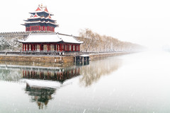 The Forbidden Palace in Beijing under lost in the snow (Loïc Lagarde) Tags: china city snow reflection cn mirror asia beijing reflet asie neige 北京 forbiddencity reflexion 18200 reflets ville mirroir 2010 bejing pekin pékin canoneos7d canonefs18200mmf3556is efs18200f3556is