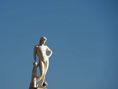 strike a pose | roma | 1602 (feliksbln) Tags: blue sky abstract man rome roma statue azul architecture arquitectura himmel uomo cielo architektur mann blau minimalism minimalismo abstracto estatua rom hombre junge abstrakt minimalismus