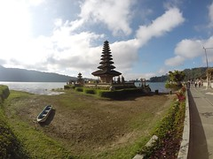 Ulun Danu Beratan (Isabel Sommerfeld) Tags: sky bali cloud nature water beauty indonesia landscape outdoors temple asia asien outdoor religion natur himmel holy southeast spiritual hindu hinduism vatten indonesien ulun danu tempel beautyful landskap moln beratan spirituell ulundanu milj sydostasien gopro helig ulundanutemple ulundanuberatan heligt vattentempel