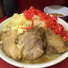 小ラーメン≪NN≫+生卵(¥700+50)  神奈川のハッテン場がTGMYなら東京のハッテン場はskrdである。ハマの血圧上昇おじさん( @mtktmyk )と今週2回目のレロペロホモ連席ランデブー。一昨日も食べたけど大と小は味が違うんだぜ!(嘘です。ごめんなさい)  太くて切れ味凄いスープにギッチギチに小麦粉が詰まった麺相ツルツルな麺が!トロトロの豚が!うわぁぁぁぁ!美味い! あっという間に麺がなくなってしまった!  極妻のかたせ梨乃にむしゃぼりつく世良公則の様に麺を喰らう兄貴を置いてフィニッシュムーブ