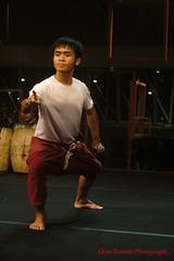 finger pointing (tomzcafe) Tags: singapore esplanade 400d dansfestival carlzeisstessar5028 royalthaidance