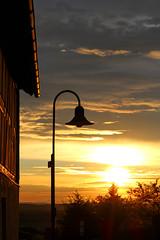 Abendstimmung (Maximilian Kau) Tags: sunset sky canon germany deutschland eos abend is nice europa sonnenuntergang dorf hessen outdoor efs1855mm himmel ii dmmerung dslr laterne sonne eck gells fachwerk fachwerkhaus fachwerkhuser hohensolms f3556 ldk 2013 650d heiter hohenahr lahndillkreis