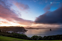Cathedral Cove's Sunset (Lucas Janin | www.lucasjanin.com) Tags: ocean pink blue sunset newzealand sky cloud mountain plant color tree grass rose montagne plante landscape island iso200 pacific outdoor ciel waikato fujifilm 24mm f80 nuage 16mm arbre couleur herbe lightroom hahei pacifique 26sec xt1 lightroom6 xf16mmf14rwr