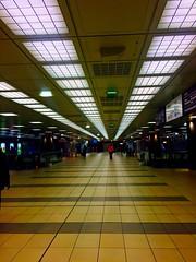Et au bout il y a ?.. Un monsieur vtu de rouge  (fourmi_7) Tags: station long gare mtro lille loin rame couloir nord trajets passagers longueur garelilleflandre
