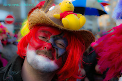 carnaval de Dunkerque 2016 (louis.labbez) Tags: bear carnival red france hat yellow jaune beard rouge nose chapeau carnaval gras foule fête nez sourire maquillage dunkerque nord barbe dunkirk homme tête visage ours peluche plume parapluie perruque défilé déguisement 2016 cortège déguisé carnavaleux masquelour grimé labbez