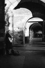 Artista a Place des Vosges (riccardofloyd) Tags: street blackandwhite man paris strada shadows guitar ombre uomo streetartist francia guitarist biancoenero chitarra portico parigi porticato chitarrista artistadistrada