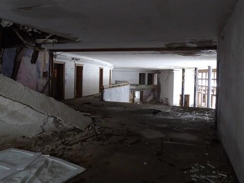 Le hall principal de la villa en contrebas
