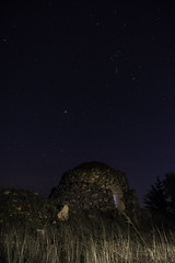 ABANDONED (LOLO ARIAS) Tags: longexposure sky espaa lightpainting night stars star noche spain sony espana estrellas nocturna nightphotograpy cuco largaexposicion chozo a7r