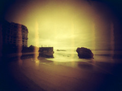 Hondartza Handia II (Garuna bor-bor) Tags: camera sea mer film rock 35mm geotagged mar diy grand pinhole lightleak homemade 200 roque zb plage euskalherria biarritz roca basquecountry matchbox kodacolor paysbasque fotografa pasvasco hondartza 2016 itsaso lapurdi arroka stnop miarritze redscale handia argazkilaritza estenopica biarrits escaladerojos estenopeikoa labourd labort geolokalizatua geokokatua  eskalagorria orratzulo