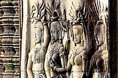 IMG_1015 Devata    Angkor Vat   (philippedaniele) Tags: statues sculptures grs apsaras bouddhisme jayavarman devatas divinits hinddouisme