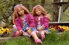 Tivi und Anne-Moni ... gar nicht stiefmtterlich ... (Kindergartenkinder) Tags: park essen dolls outdoor sony feld wiese blumen landschaft garten annette personen tivi gruga himstedt annemoni kindergartenkinder