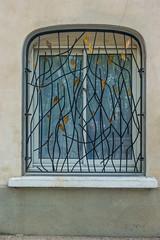 20160423 Provence, France 02591 (R H Kamen) Tags: france window architecture grille vaucluse perneslesfontaines pernes buildingexterior provencealpesctedazur rhkamen