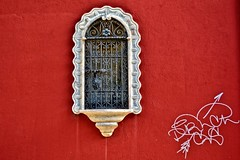 Rojo y Blanco (mgarciac1965) Tags: santacruz color ventana sevilla rojo nikon andalucia turismo barrio d5200