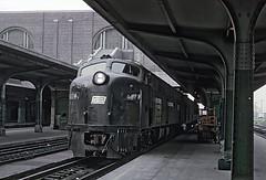 Anglų lietuvių žodynas. Žodis railroad ticket reiškia geležinkelio bilietų lietuviškai.