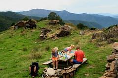 zo waar een piknik bank (merciekes) Tags: jeroen sam wandelen bergen eten douwe pyreneen struinnatuur