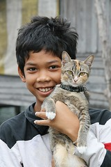 a boy and his cat (the foreign photographer - ฝรั่งถ่) Tags: boy cat portraits canon thailand kiss bangkok tabby pussy collar khlong bangkhen thanon 400d