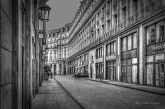 Una calle de Pars. (Jos Mara Escolano) Tags: street city blackandwhite france blancoynegro ciudad francia pars