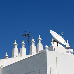 Associado? (TablinumCarlson) Tags: leica chimney 6 house praia portugal coast europa europe haus atlantic lagoa algarve dach antenne kamin dlux satelite kste atlantik carvoeiro satelit