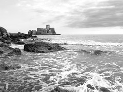Minaccioso equilibrio. (Giuseppe_Cer) Tags: sea italy castle rock mare bn castello marzo calabria scogli schiuma lecastella minaccioso bellitalia