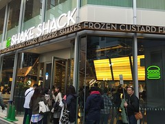 People queuing at Shake Shack in Tokyo, Japan (Tjeerd) Tags: japan tokyo fastfood hamburgers burgers queue ebisu shakeshack worththewait hamburgerrestaurant peoplestandinginline fastfoodinjapan shakeshackinebisutokyo