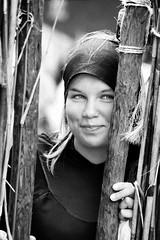 Fata Morgana -8- (Jan 1147) Tags: wood portrait people blackandwhite bw monochrome smile fence happy belgium zwartwit outdoor tvshow portret hout flanders hek mensen zw glimlach vlaanderen fatamorgana belgen kaprijke televisieprogramma gelukkig belgae buitenopname gallirs