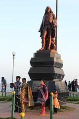 Pondichry - selfie devant la statue de Dupleix (Chemose) Tags: india statue canon eos coast january cte 7d janvier tamilnadu coromandel inde pondicherry southindia selfie dupleix pondichry puducherry indedusud