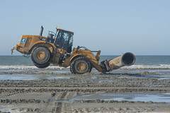 's-Gravenzande (Jan de Neijs Photography) Tags: sea beach strand cat noordzee zee caterpillar westland zand kust zuidholland buizen wheelloader sgravenzande 980h snijder kustversterking cat980h hetwestland dedelflandsekust